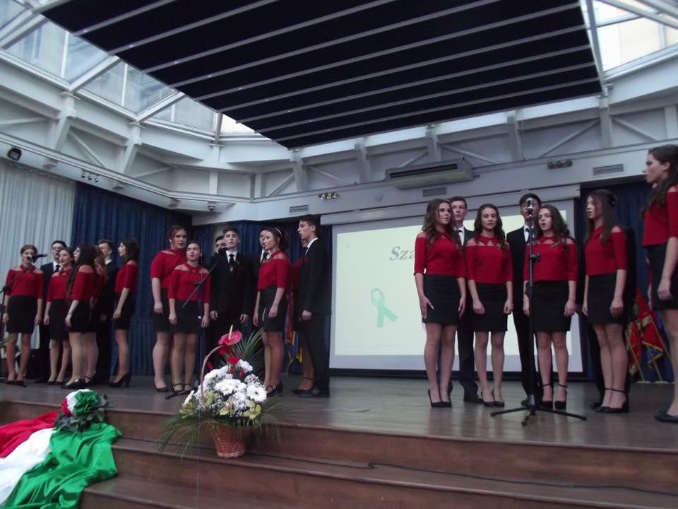 Szalagavató ünnepség a Beregszászi Bethlen Gábor gimnáziumban .