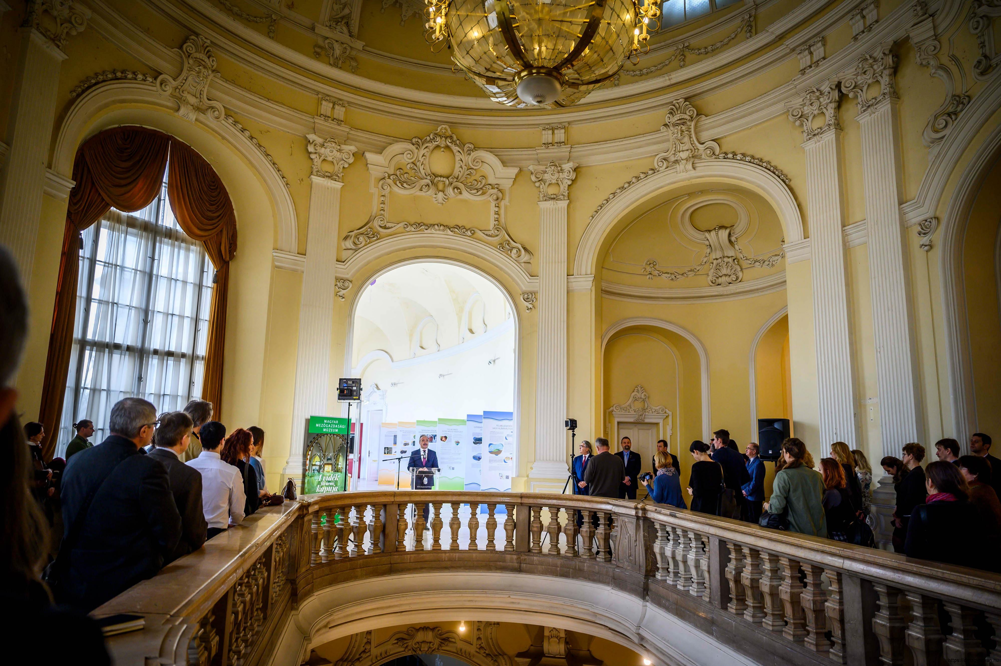 Változó-világunk-kihívásai-kiállítás-és-konferencia-Nagy-István-miniszter-1