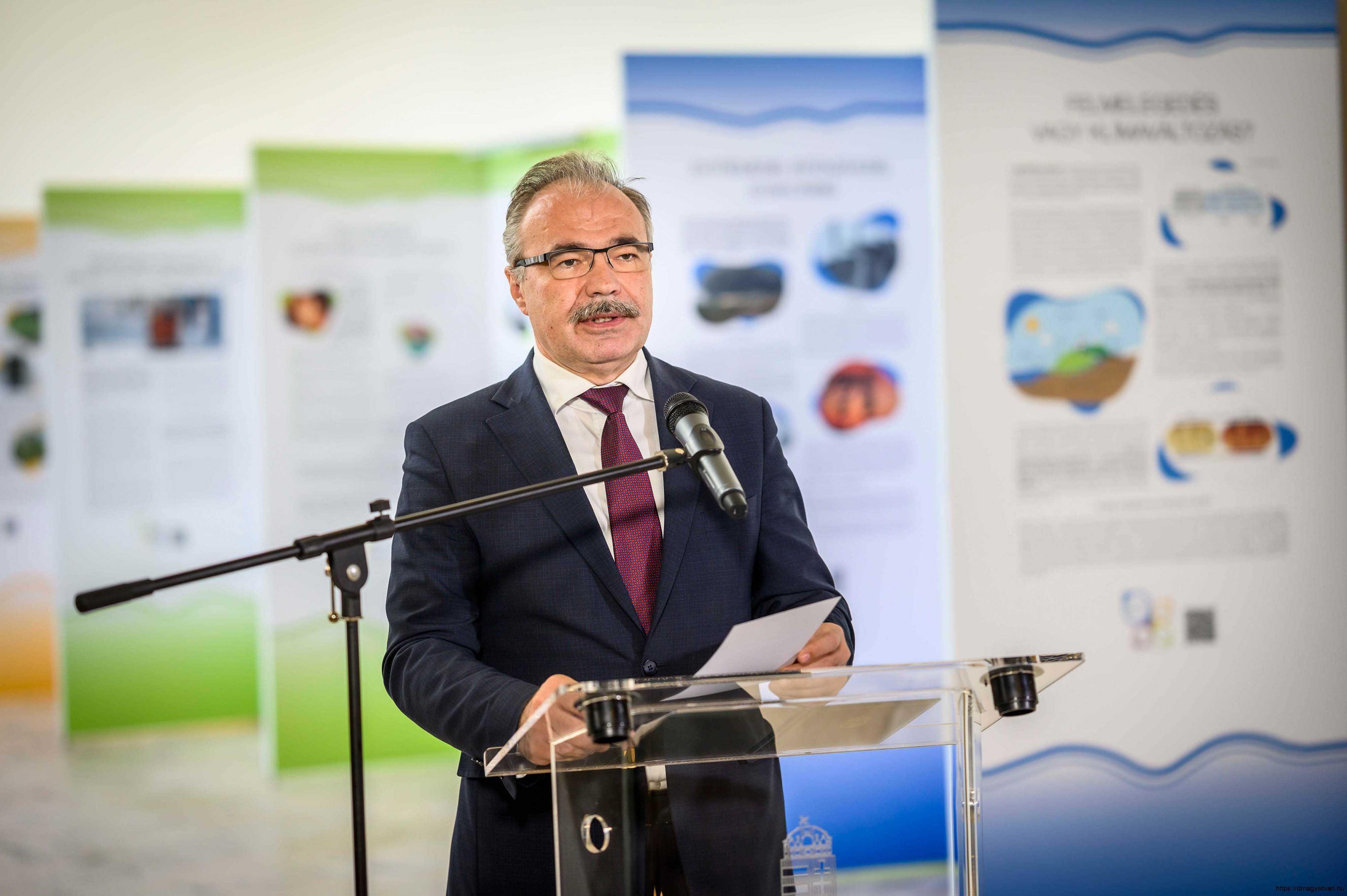 Változó-világunk-kihívásai-kiállítás-és-konferencia-Nagy-István-miniszter-8